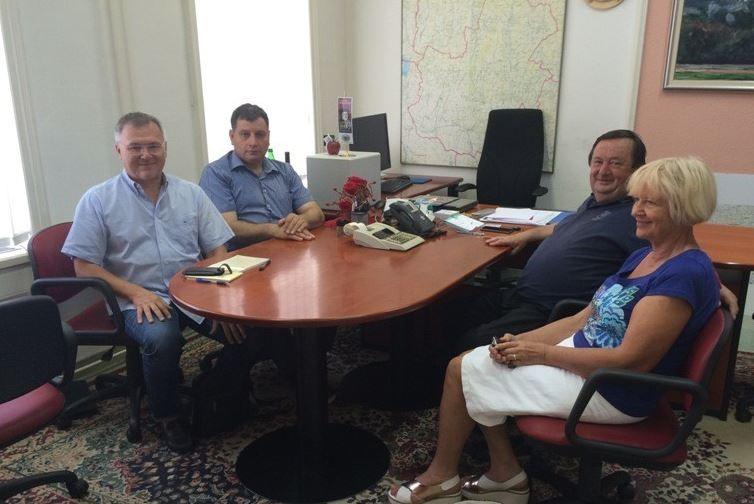 Predstavniki PDGM Murska Sobota (levo mag. Marjan Farič in dr. Aloj Šteiner, desno Irma Benko) na pogovoru pri županu Občine Puconci Ludviku Novaku.